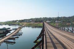 Ansicht der Brücke hergestellt vom Holz mit geschaffener Notbrückerückseite wenn die Brücke Schlüsselhöhepunkte von Sangkhlaburi  Lizenzfreie Stockbilder