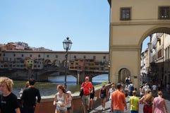 Ansicht der Brücke Ponte Vecchio und der Arno in Florenz lizenzfreie stockfotos