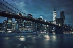 Ansicht der Brooklyn-Brücke bis zum Nacht Stockbild