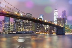Ansicht der Brooklyn-Brücke bis zum Nacht, NYC Stockbilder