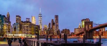 Ansicht der Brooklyn-Brücke und des unteren Manhattans in NYC Stockfotos