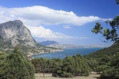 Ansicht der Bucht und der Berge von der Wacholderbuschwaldung in Krim Lizenzfreie Stockfotos