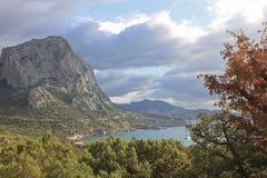 Ansicht der Bucht und der Berge von der Wacholderbuschwaldung in Krim Stockbilder