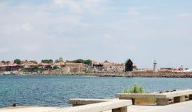Ansicht der Bucht und des alten Nessebar mit hölzerner Windmühle Stockfotografie