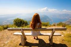 Ansicht der Bucht und des Mädchens Kotor Lizenzfreies Stockfoto