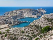 Ansicht der Bucht und der Inseln von der Spitze eines Hügels in Marseille stockfotos