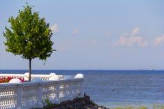 Ansicht der Bucht vom Ufer Lizenzfreie Stockfotos