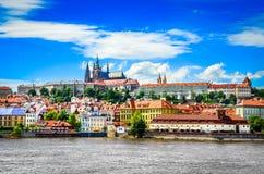 Ansicht der bunten alten Stadt und des Prag-Schlosses mit Fluss Lizenzfreie Stockfotografie