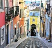Ansicht der bunten Straße mit Schienen in Lissabon Lizenzfreies Stockfoto