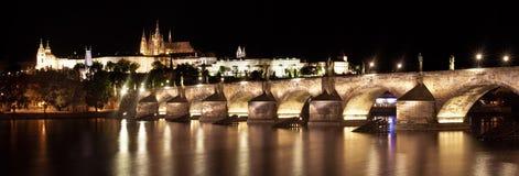 Ansicht der Charles-Brücke und des Prag-Schlosses nachts Lizenzfreie Stockfotos
