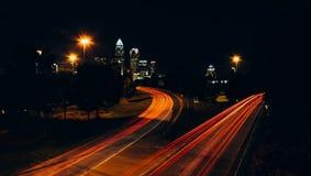 Ansicht der Charlotte-Skyline von der zentralen Alleen-Brücke, herein Lizenzfreies Stockfoto