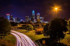 Ansicht der Charlotte-Skyline von der zentralen Alleen-Brücke, herein Stockfotos