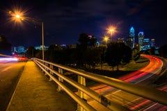Ansicht der Charlotte-Skyline von der zentralen Alleen-Brücke, herein Lizenzfreie Stockbilder