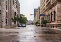 Ansicht der Cleveland-Straßen im Abendnebel, Ohio, USA Stockbild