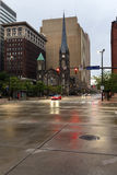Ansicht der Cleveland-Straßen im Abendnebel, Ohio, USA Lizenzfreies Stockfoto