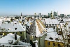 Ansicht der Dächer der alten Stadt von Tallinn im Winter Estland Lizenzfreie Stockfotografie