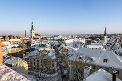 Ansicht der Dächer der alten Stadt von Tallinn im Winter Estland Lizenzfreie Stockfotos