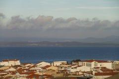Ansicht der Dächer eines Landes in Sardinien mit einem mannigfaltigen Himmel in den Schichten, der einen angenehmen optischen Eff lizenzfreie stockfotos