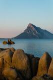 Ansicht an der Dämmerung in Richtung zu Isola Tavolara von Strand Porto Taverna, Sardinien Stockbilder