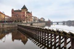 Ansicht der Denkmäler vom Fluss in Prag Stockbild