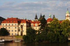 Ansicht der Denkmäler vom Fluss in Prag Stockfoto