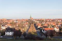 Ansicht der deutscher Stadtkirche und -dachspitzen Hildesheims stockfotos