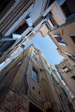 Ansicht der dichten Gebäude in Venedig stockfotos