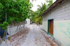 Ansicht der Dorfstraße von einer von maledivischen Inseln Grüne Bäume und Altbauten Schlechte Umwelt Lokale Gesellschaft Stockfotos