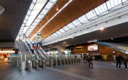Ansicht der Drehkreuze in der Lobby der Bijlmer-Arenastation Stockbilder