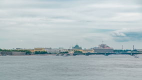 Ansicht der Dreiheits-Brücke in St Petersburg über dem Neva River-timelapse stock video
