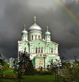 Ansicht der Dreiheits-Kathedrale im Seraph-Diveevokloster der Heiligen Dreifaltigkeit (Region Diveevo, Nischni Nowgorods, Russlan Lizenzfreie Stockfotografie