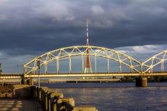 Ansicht der Eisenbahnbrücke von Riga bei Sonnenuntergang Lizenzfreies Stockbild
