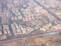 Ansicht der enormen indischen Stadt von Mumbai vom Flugzeugfenster stockbilder