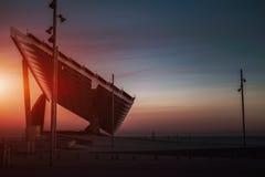 Ansicht der enormen Solarbatterie auf Sonnenuntergang, Barcelona-Forumbezirk stockbild