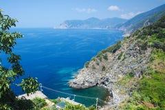 Ansicht der erstaunlichen Farbe des Meeres, der Küstenlinie und der Berge Ansicht von der Küste von Corniglia Cinque Terre Chiang lizenzfreies stockfoto