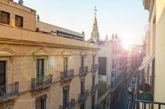 Ansicht der europäischen Straße vom Balkon am sonnigen Tag Stockbilder