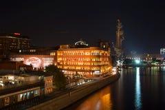 Ansicht der Fabrik, die rote Oktober aufbauen und des Monuments zu Peter die große September-Nacht Moskau, Russland Stockfotos