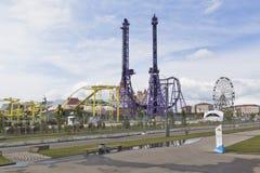 Ansicht der Fahrten im Sochi-Park mit dem Olympiapark Stockfoto
