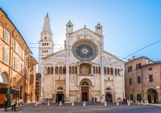 Ansicht an der Fassade des Kathedralen-Heiligen Geminianus und Santa Maria Assunta in Modena - Italien lizenzfreies stockfoto