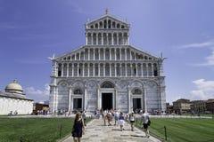 Ansicht der Fassade und der Haupteingang der Kathedrale von Pisa, Italien lizenzfreie stockfotos