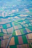 Ansicht der Felder und der Stadt vom Flugzeug Lizenzfreie Stockfotos