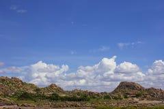 Ansicht der Felsenberge und -wolken bei Hampi, Karnataka, Indien lizenzfreie stockfotos