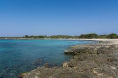 Ansicht der felsigen Küste in Menorca, die Balearischen Inseln, Spanien Lizenzfreies Stockbild