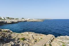 Ansicht der felsigen Küste in Menorca, die Balearischen Inseln, Spanien Lizenzfreie Stockfotos