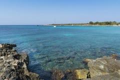Ansicht der felsigen Küste in Menorca, die Balearischen Inseln, Spanien Stockfoto