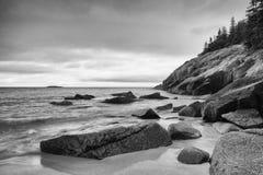 Ansicht der felsigen Klippenuferzone am Acadia-Nationalpark neu Lizenzfreie Stockfotografie
