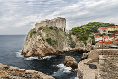 Ansicht der Festung auf der Klippe durch das Meer Lizenzfreie Stockbilder