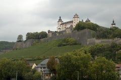 Ansicht der Festung Marienberg mit schrägen Weinbergen stockfoto