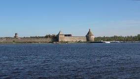 Ansicht der Festung Oreshek vom Neva Shlisselburg, Russland stock video footage