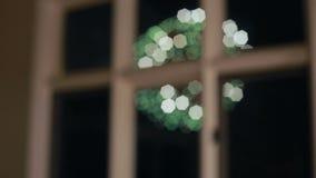 Ansicht der Feuerwerke durch das Fenster des Hotels, in dem Leute leben stock video footage